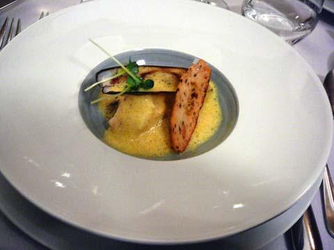 Lotte de nos côtes rôtie au curry jaune, mijotée d'artichauts violets, écume de curcuma frais