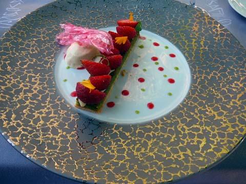 Biscuit à la pistache surmonté d'une mousse au citron et de fraises, glace vanille