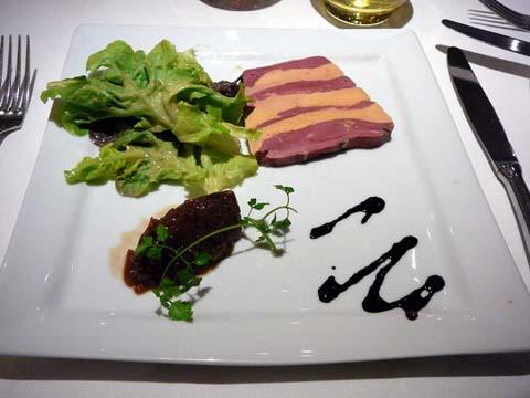 Terrine pressée de magret et foie gras de canard cuite à basse température, confiture d'oignons aigre douce