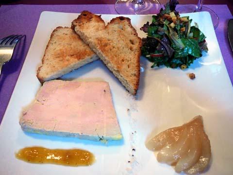 Foie gras de canard maison, mi-cuit, mariné au Sauternes, poire pochée au thé, toast de pain au lait maison, confiture de mangue à la fève de tonka et à la cardamome