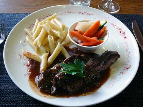 Entrecôte parisienne, sauce vin rouge échalottes, carottes glacées à brun, macaroni