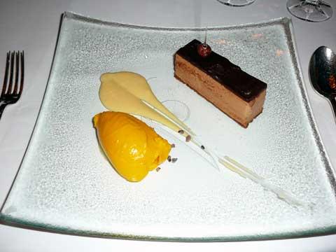 """Pavé gianduja, crème """"vanille bourbon"""", sorbet à la mangue"""
