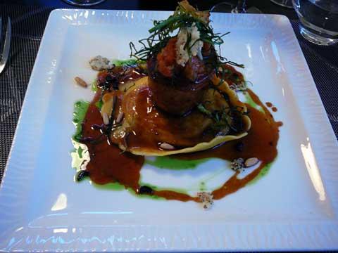 """Rable de lapin aux herbes fraîches, pignons et pépites d'olives noires, sur une raviole """"gigantone"""" à la ricotta"""