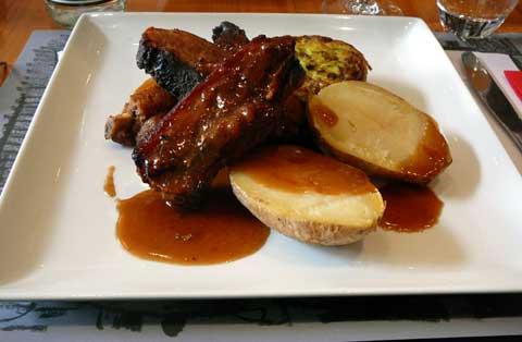 Le Goût des Autres Genève : Travers de porc au miel, pomme au four, flan de courgette
