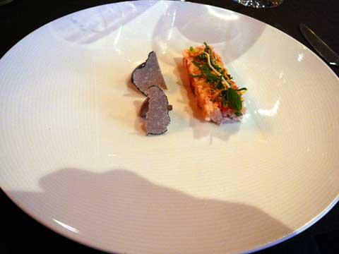 Compression de homard cuit à la vapeur, truffes d'été, pied coupé