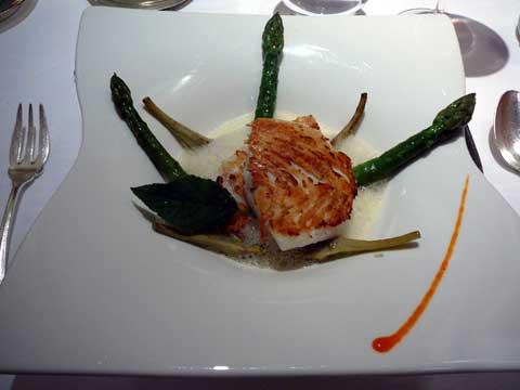 Barbue de Bretagne sur la plancha, asperges, bouillon de mer parfumé à l'orange et aux épices