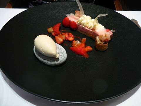 Délice de fraise Gariguette, méli-mélo de rhubarbe confite