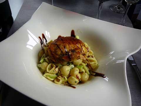 Suprême de poulet fermier au serpolet, salade de pâtes aux légumes croquants