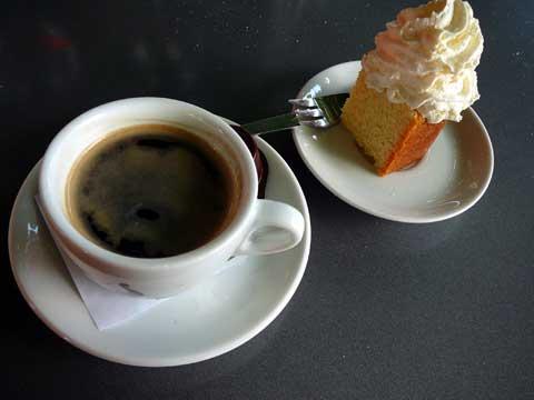 Café gourmand avec cake au citron et crème chantilly