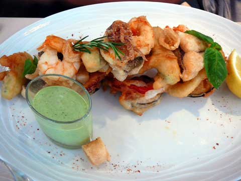 Fritto misto de perche, brochet, féra du Lac Léman, crevettes, calamars, sauce verte aux herbes