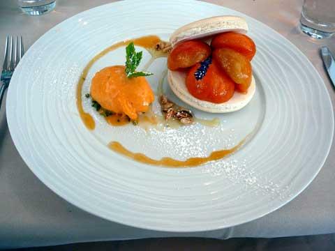Macaron aux senteurs de Provence et poêlée d'abricots au miel de Sicile