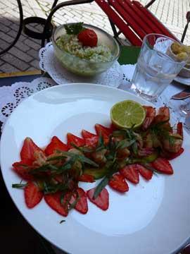Crevettes dorées, millefeuille d'avocat et fraises, estragon, risotto au cresson