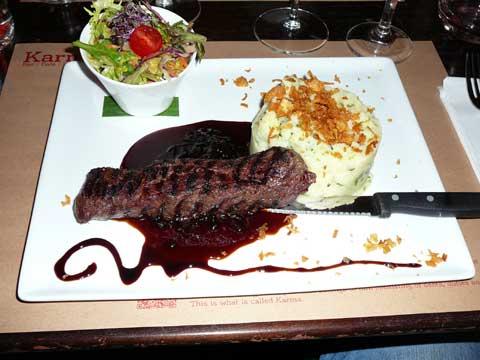 Filet de kangourou grillé, confit d'oignon rouge au vinaigre balsamique, pomme de terre écrasée coco-coriandre, bouquet de salade