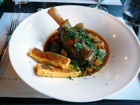 Souris d'agneau fondante, carottes nouvelles, navets, céleri branche et frites de polenta