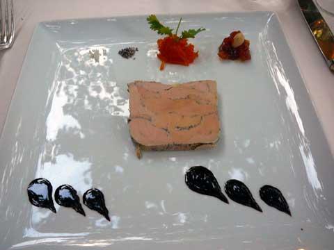 Foie gras cuit en terrine à basse température, marmelade de carottes, compotée d'abricot et huile de cacao