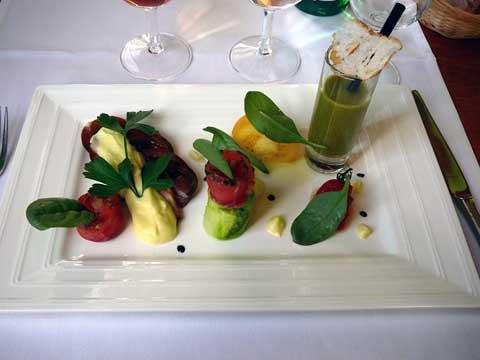 Tomates diverses à l'huile des Baux et saumon mariné aux herbes