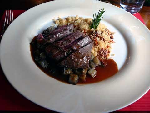Filet d'agneau, ratatouille courgettes et aubergines sauce à la menthe, couscous aux tomates séchées