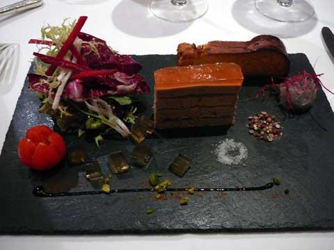 Pressé de foie gras de canard du sud-ouest au féra fumé, fine gelée de coings, brioche toastée et confit d'échalote