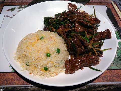 Boeuf au gingembre et aux oignons, riz cantonais