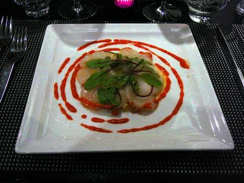 Carpaccio de St-Jacques marinées au citron et huile d'olive, petits légumes croquants au coulis provençal