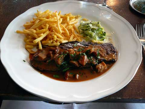 Steak de boeuf sauce forestières, frites maisons, légumes