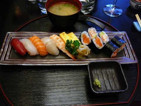 Assortiment de sushis; soupe miso