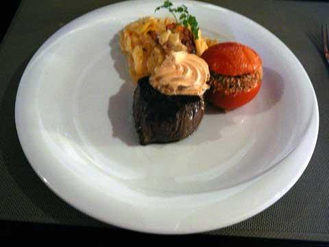 Filet de boeuf, beurre au piment d'Espelette, gratin dauphinois, tomate provençale