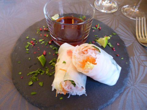 Rouleaux de printemps, sauce soja et lime