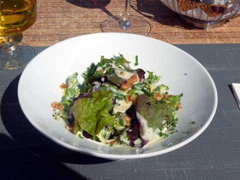 Salade verte aux brisures de cerneaux de noix et sa sauce française