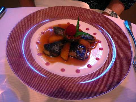 Les escalopes de foie gras de canard poêlées sauce framboisine, pomme granny-smith et figue caramélisées