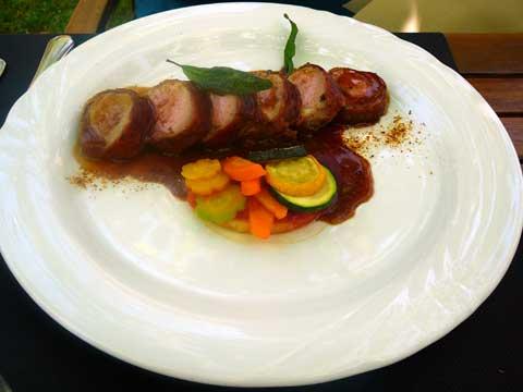 Restaurant la Pinte des Vernes, Pringy : Filet mignon de porc façon saltimbocca, bouquet du primeur et frites