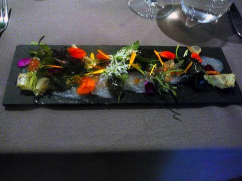 Sashimis de rouget grondin, oeufs de truite, poutargue et artichauts en barigoule