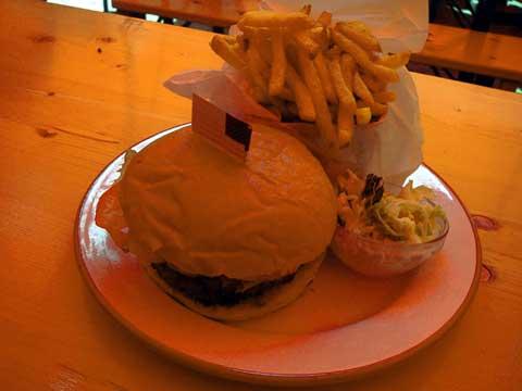 Hamburger, frites et cole slaw