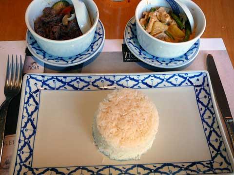 Poulet au curry massaman et boeuf sauté au basilic thaï