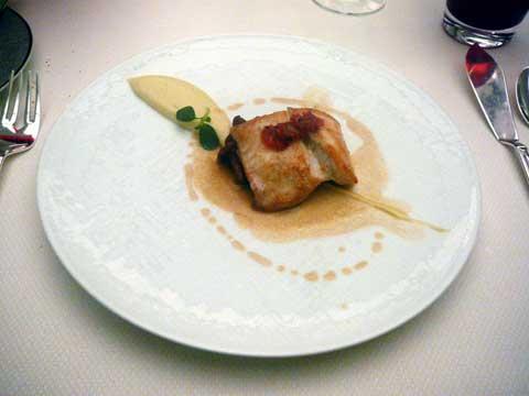 Restaurant Au Crocodile, Strasbourg : Pièce de turbot poêlé aux aromates, crème d'ail rose de « Lautrec », jus d'arêtes corsé