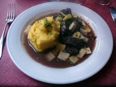 Café du Marché Fribourg : Ragoût de poulain, purée du chef, rutabagas en paysanne