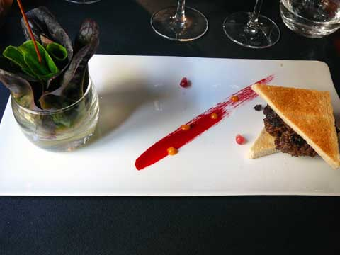 Mini tartare de boeuf aux truffes noires, juste aller-retour, mesclun de salades