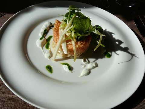 Remoulade de saumon d'Ecosse Label Rouge, aigre-doux de céleri-rave, saladines aux endives et au cresson