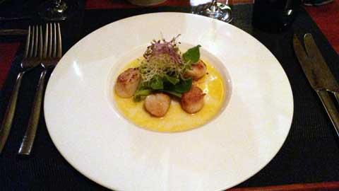 Noix de Saint-Jacques poêlées, germes de légumes, ficoïde glaciale, vinaigrette à l'huile de homard