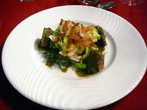 Salade de joues de cochon, jus à l'ail des ours
