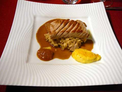 Ventrèche de thon cuit à la plancha, soupe de poisson au romarin