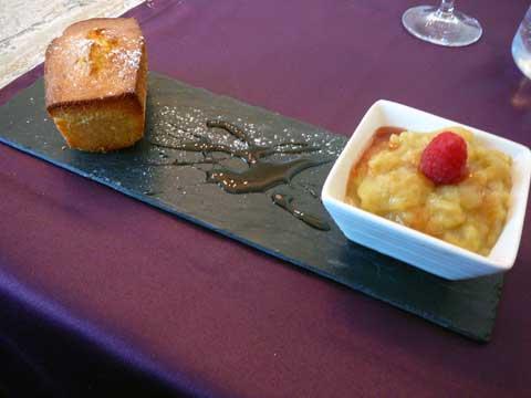 Compotée de rhubarbe servie avec une tranche de cake citron