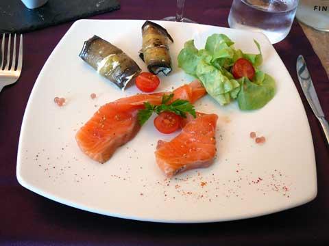 Saumon mariné, brousse de brebis et aubergine au basilic