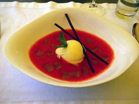 Soupe de fraises, rhubarbes, glace à la lavande