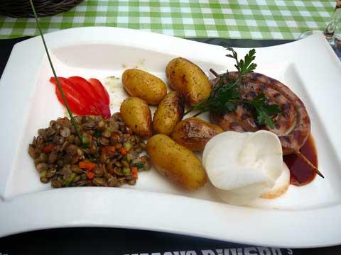 Escargot de saucisse à rôtir, jus de viande léger, pommes grenailles sautées, salade de lentille