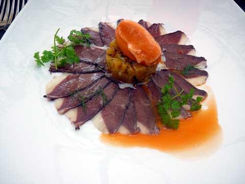Salade de magret mariné, betterave jaune et sorbet de carottes