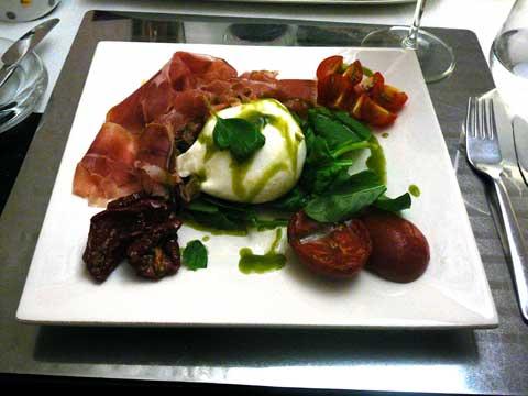 Variante en blanc-rouge-vert : buratina di Masseria, jambon cru, tomates confites, salade de basilic