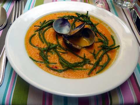 Soupe froide de carottes au curcuma, palourdes et salicorne