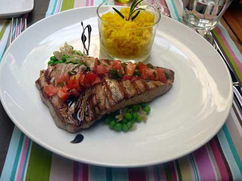 Steak de thon grillé, sauce vierge riz jaune, petit pois à l'échalote