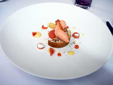 Pomme Reine de Reinette, coing et dragées, compote de pommes à l'infusion de fleur d'hibiscus rouge, fine feuille amande et dragées, pâte et sorbet de coing
